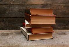 Alte Bücher auf hölzernem Regal Stockfotografie