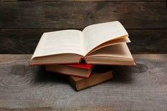 Alte Bücher auf hölzernem Regal Lizenzfreie Stockfotografie