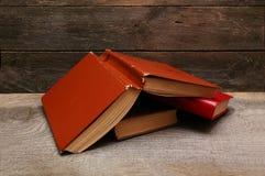 Alte Bücher auf hölzernem Regal Lizenzfreie Stockfotos