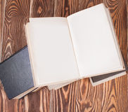 Alte Bücher auf hölzernem Schreibtisch Stockbilder