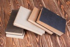 Alte Bücher auf hölzernem Schreibtisch Lizenzfreie Stockfotos