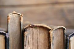 Alte Bücher auf hölzernen Planken, Weichzeichnung, Kopieraum Lizenzfreie Stockbilder