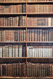 Alte Bücher auf hölzernen Regalen im Zustand Hall Prunksaal Lizenzfreie Stockfotos