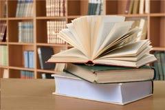 Alte Bücher auf Hintergrund, Abschluss oben Stockfoto