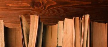 Alte Bücher auf Holz Lizenzfreie Stockfotos