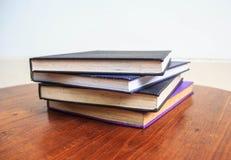 Alte Bücher auf Holztisch Lizenzfreie Stockbilder