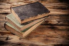 Alte Bücher auf Holztisch Stockfoto