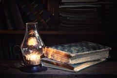 Alte Bücher auf Holztisch Lizenzfreie Stockfotos
