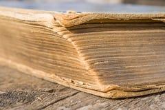 Alte Bücher auf Holztisch Stockbild