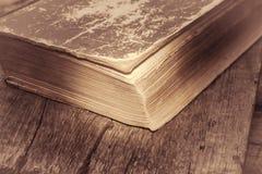 Alte Bücher auf Holztisch Lizenzfreie Stockfotografie