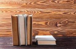 Alte Bücher auf Holztisch Stockfotografie