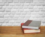 Alte Bücher auf Holztisch Stockbilder
