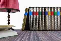 Alte Bücher auf Holztisch Stockfotos