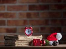 Alte Bücher auf Holztisch am Hintergrund der feenhaften Lichter Lizenzfreie Stockfotos