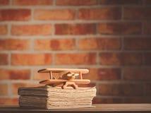 Alte Bücher auf Holztisch am Hintergrund der feenhaften Lichter Lizenzfreies Stockbild