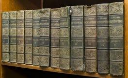 Alte Bücher auf Regal Stockfoto