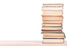 Alte Bücher auf Regal Stockbilder