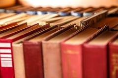 Alte Bücher auf Regal Stockfotografie