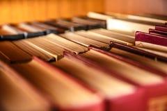 Alte Bücher auf Regal Lizenzfreie Stockfotos