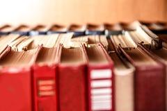 Alte Bücher auf Regal Lizenzfreies Stockfoto