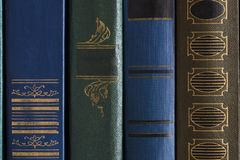 Alte Bücher auf Regal in der Bibliothek Stockfoto