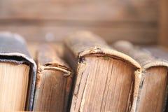 Alte Bücher auf Regal, Weichzeichnung, Schule, Bildung, Collegekonzept Lizenzfreie Stockbilder