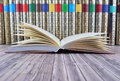 Alte Bücher auf rustikalem Holztisch Stockfotografie