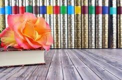 Alte Bücher auf rustikalem Holztisch Stockbild