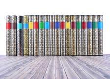 Alte Bücher auf rustikalem Holztisch Stockfotos