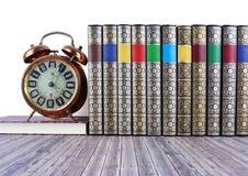 Alte Bücher auf rustikalem Holztisch Stockfoto