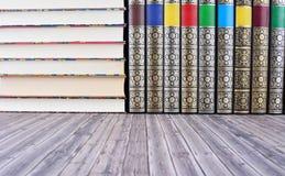 Alte Bücher auf rustikalem Holztisch Lizenzfreie Stockfotografie
