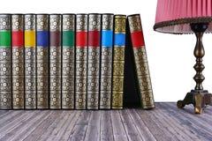 Alte Bücher auf rustikalem Holztisch Lizenzfreie Stockfotos
