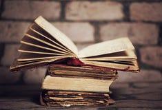 Alte Bücher auf Schmutzwandhintergrund Lizenzfreie Stockfotos