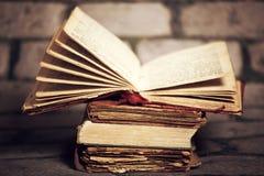 Alte Bücher auf Schmutzwandhintergrund Lizenzfreie Stockfotografie
