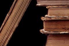 Alte Bücher auf schwarzem Hintergrund Lizenzfreies Stockbild
