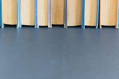 Alte Bücher auf schwarzem Hintergrund mit freiem Raum Lizenzfreie Stockfotos