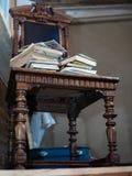 Alte Bücher auf Stuhl Stockbild