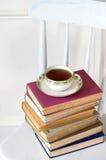 Alte Bücher auf Stuhl Stockfoto