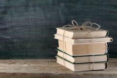 Alte Bücher auf Tabelle Lizenzfreies Stockfoto