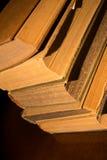 Alte Bücher auf Tabelle Stockfotos