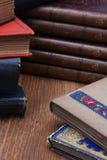 Alte Bücher auf Tabelle Stockfoto