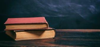 Alte Bücher auf Tafelhintergrund Stockfotografie
