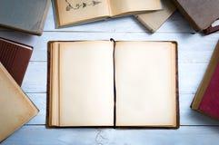 Alte Bücher auf weißem hölzernem Schreibtisch Stockbilder