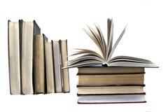 Alte Bücher auf weißem Hintergrund Stockbilder