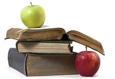 Alte Bücher auf weißem Hintergrund und Äpfeln Stockfoto