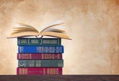 Alte Bücher auf Weinlesehintergrund Stockfotos