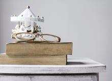 Alte Bücher auf Weinlesekabinett Stockfotos