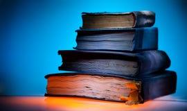 Alte Bücher, blauer heller Hintergrund stockfoto