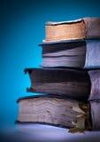 Alte Bücher, blauer heller Hintergrund stockbild