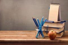 Alte Bücher, Bleistifte und Notizbuch auf Holztisch Stockbilder